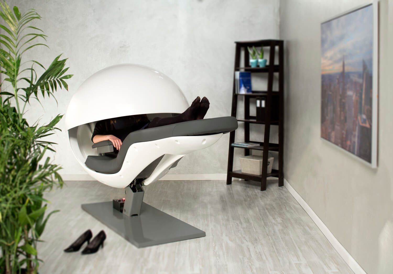 Energy Pod met vrouw sfeerfoto