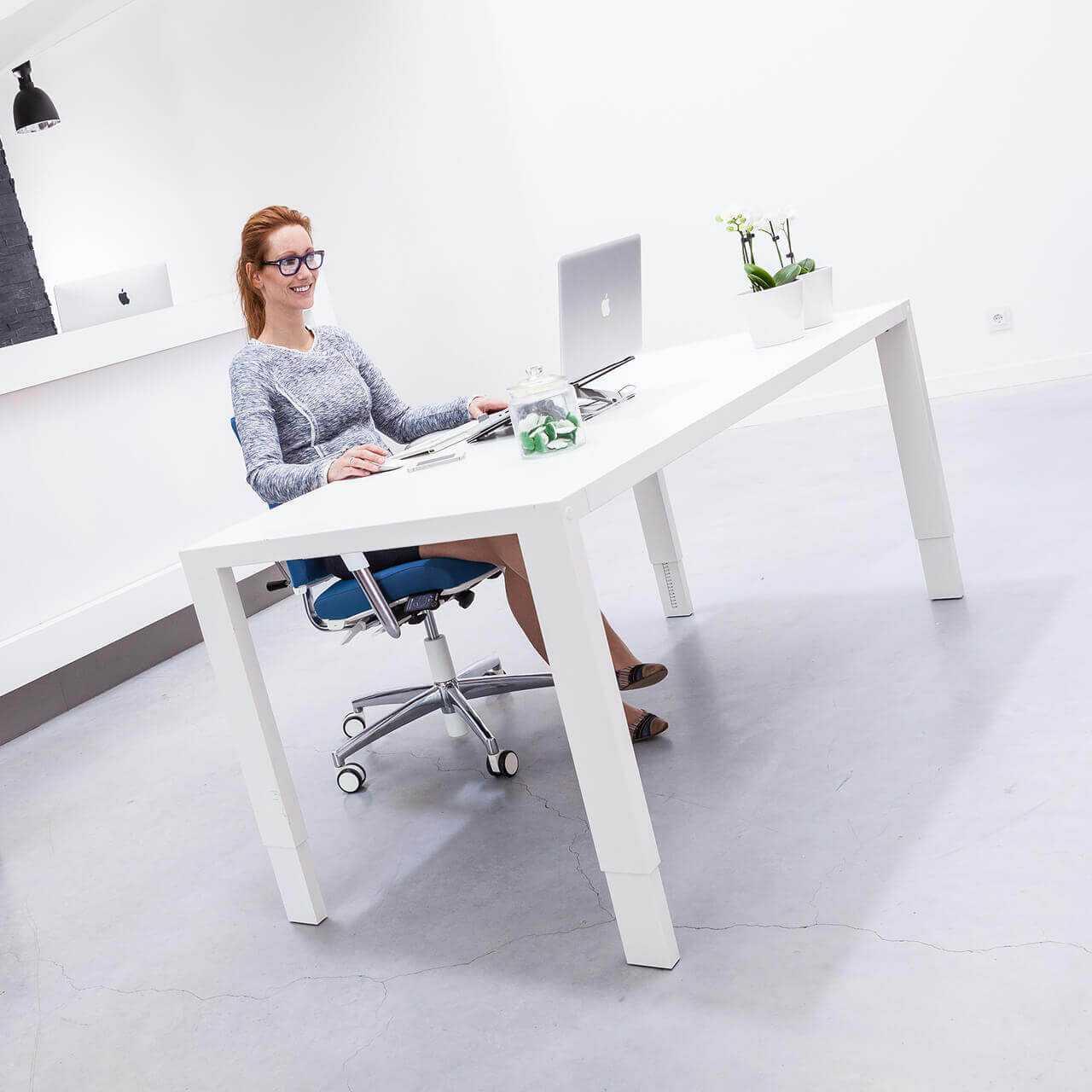 BMA axia 2.2 bureaustoel en bureau sfeerfoto Health2Work